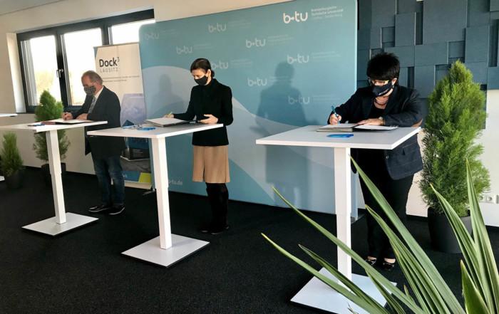 Foto (von links): Am 25.11.2020 haben der Verbandsvorsteher des Zweckverbandes Industriepark Schwarze Pumpe, Manfred Heine, die Präsidentin der BTU Cottbus-Senftenberg, Prof. Dr. Gesine Grande, und die Geschäftsführerin der ASG Spremberg GmbH, Petra Lehmann, die Kooperationsvereinbarung unterzeichnet.